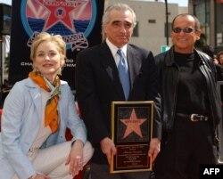 Джо Пеши и Шарън Стоун придружават Мартин Скорсезе, който получава звездата си на алеята на славата в Холивуд, 28 февруари 2003 г.