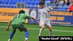 Игроки футбольных команд Казахстана и Таджикистана, архивное фото.
