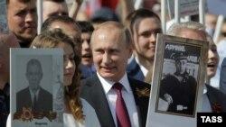 """Владимир Путин на шествии """"Бессмертного полка"""", архивное фото"""