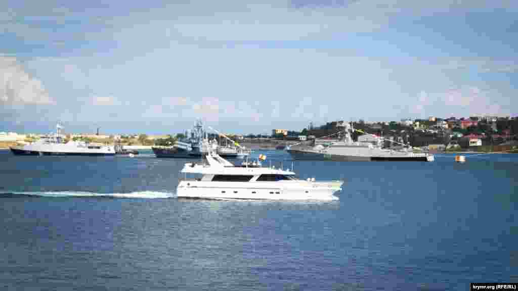 Катер зв'язку «Сапсан» проходить повз стрій кораблів для швартування біля Графської пристані