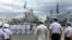 На кораблях урочисто підняли військово-морські прапори.