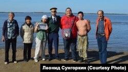 Нанайские рыбаки с представителем местной казачьей дружины. 2010 год