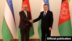 Президенты Узбекистана и Афганистана Шавкат Мирзияев (справа) и Мохаммад Ашраф Гани.