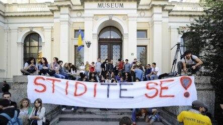 Studenti ispred zgrade zatvorenog Zemaljskog muzeja, 4. oktobar 2012.