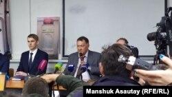 Руководитель компании Bek Air Нурлан Жумасултанов (в центре), 30 декабря 2019 года.