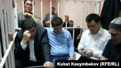 Камчибек Ташиєв, Садир Джапаров і Талант Мамитов у залі суду