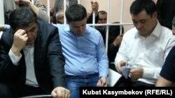 """""""Ата Жұрт"""" партиясының депутаттары Камчыбек Ташиев (сол жақта), Садыр Жапаров (ортада) және Талант Мамытов сот залында. Бішкек, 10 қаңтар 2013 жыл."""