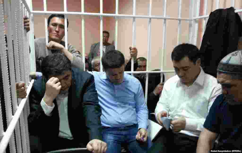 """Лидеры партии """"Ата-Журт"""" за решеткой в зале суда, 2013"""