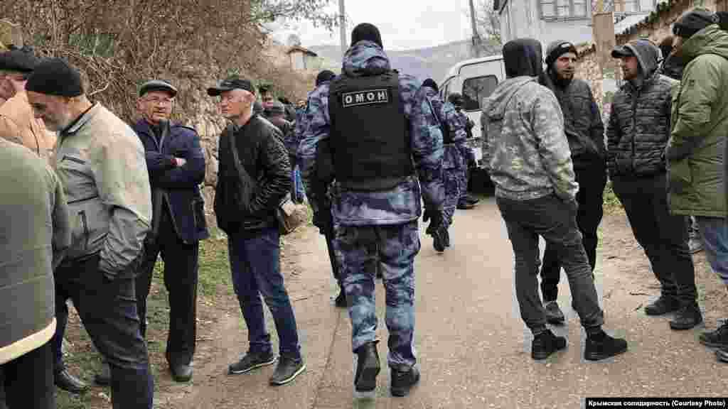 В Бахчисарайском районе с самого утра продолжаются обыски у крымских татар. Российские силовики пришли по меньшей мере в шесть домов, часть обыскиваемых задержали