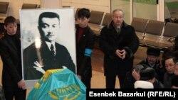 Смағұл Сәдуақасұлының сүйегінің күлі ұшақтан әуежайға енгізілісімен оған арнап дұға бағышталды. Астана, 21 қаңтар 2011 жыл.