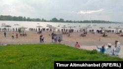 Павлодар қаласының орталығындағы Ертіс өзені жағалауы. 30 шілде 2016 жыл.