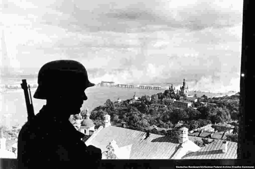 Нацистский караул в Киеве 19 сентября 1941 года. В июне того года, после двух лет нейтралитета между Германией и Советским Союзом, нацистские войска вторглись на советскую территорию. Украина была оккупирована.