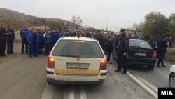 """Работниците од """"Фени"""" протестираат против стечај - го блокираа магистралниот Градско-Прилеп"""