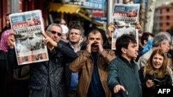Протест против бывших сотрудников турецкой газеты Zaman после рейда полиции. Стамбул, 6 марта 2016 года.