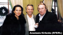 Владимир Киселев (в центре) с женой Еленой Север и Жераром Депардье, 2010