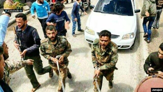 عکسی که وبسایت جام جم به «تروریستها» منتسب کرده است و ظاهرا اعضای سپاه پاسداران را در اسارت نشان میدهد