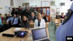 Министерката Гордана Јанкулоска на предавање за влијанието на алкохолот, дрогата и психотропните супстанции кај младите.
