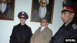 Алпамыс Бектурганов, осужденный бывший советник областного акима, слушает свой третий приговор. Уральск, 8 октября 2009 года.