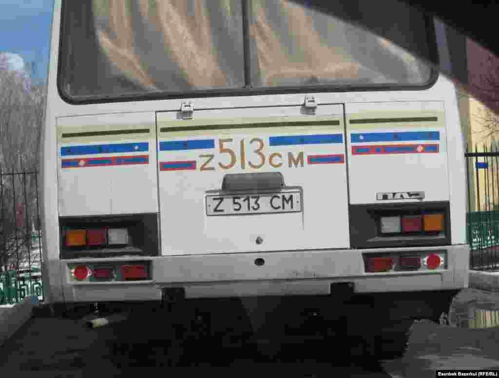 """Автобус увозит """"избирателей"""" на другой участок. Астана, 3 апреля 2011 года."""