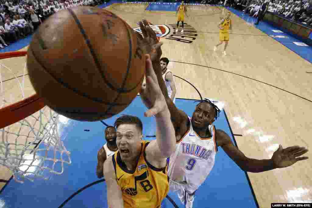 """Америкадағы NBA баскетбол турнирі аясындағы """"Юта Джаз"""" және """"Оклахома Сити Тандерс"""" командалары арасындағы ойын."""