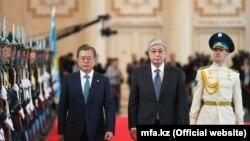 Прибывший с визитом в Казахстан президент Южной Кореи Мун Чжэ Ин и президент Казахстана Касым-Жомарт Токаев. Нур-Султан, 22 апреля 2019 года.