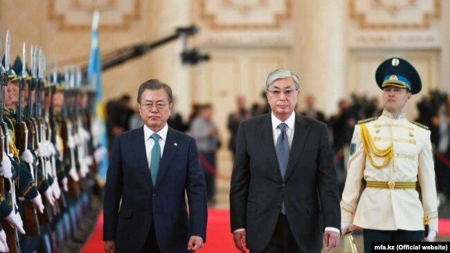 Оңтүстік Корея президенті Мун Чжэ Ин (сол жақта) және Қазақстан президенті Қасым-Жомарт Тоқаев. Нұр-Сұлтан, 22 сәуір 2019 жыл.