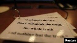 Zakletva na stolu u jednoj od haških sudnica