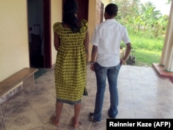 Жительницы Камеруна Эстер и Мартин, обвинённые в гомосексуальности, но оправданные судом города Амбама. 22 января 2012 г.