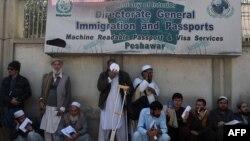 روزانه صدها افغان به شمول زنان، اطفال و مریضان برای تمدید ویزههای خود به این دفتر مراجعه میکنند.