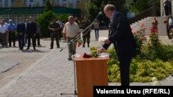 Valeriu Cerba înmînînd decorații la comemorarea de la Varnița