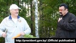 Lukašenko 2014. hranio mrkvom Stevena Seagala