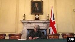 Премьер-министр Великобритании Тереза Мэй подписывает официальное письмо о желании ее страны выйти с Евросоюза, Лондон, 28 марта 2017 года.
