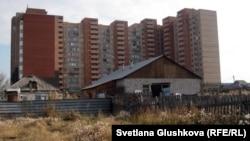 Частные дома на фоне многоэтажки. Астана. Иллюстративное фото.