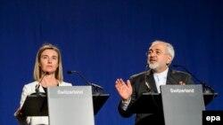 ÝB-niň daşary syýasat başlygy Federika Mogherini (Ç) Eýranyň daşary işler ministri Mohammad Jawad Zarif (S) bilen metbugat ýygnagynda çykyş edýär.