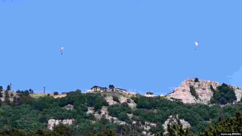 Над плато Ай-Петрі на висоті приблизно 1200 метрів у цей час літають парапланеристи