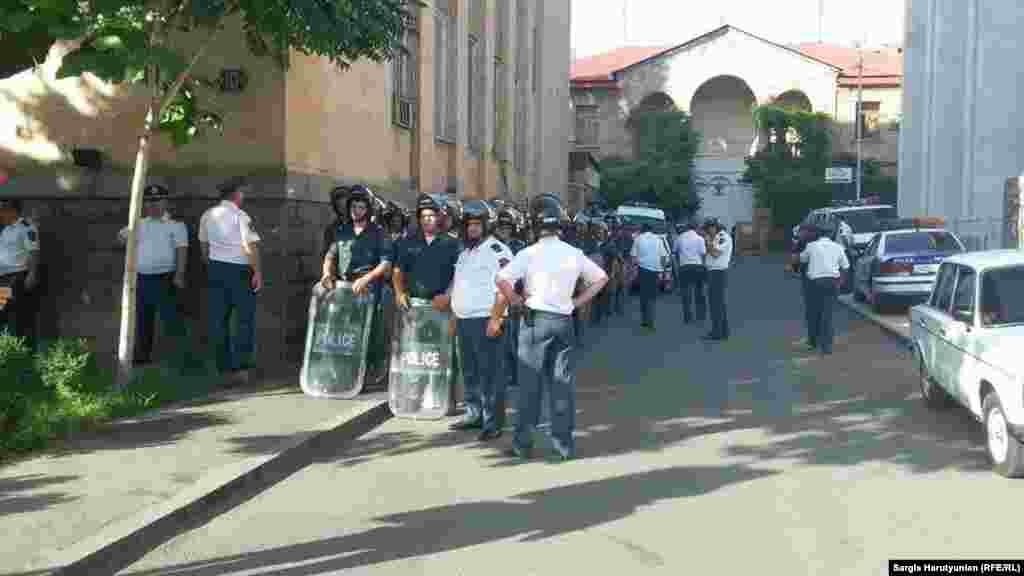 Міліція споряджена щитами та кийками, Єреван, 22 червня 2015 року