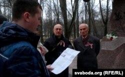 Віцебскія актывісты чытаюць віншаваньне ад Івонкі Сурвілы