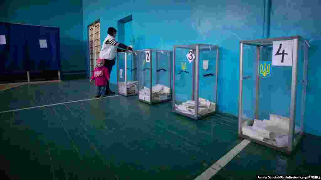 Попри очікування, явка на дільницях у Станиці Луганській була відносно невелика. У середньому близько 20-30% від кількості виборців за списками