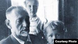 Ольга Матич с дедом Билимовичем и младшим братом Мишей в Сан-Франциско, 1949 г.