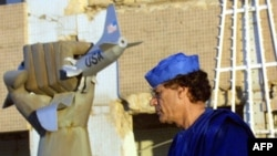 قذافی در بابالعزیزیه، محل پیشین سکونت وی که در سال ۱۹۸۶ مورد حمله جنگندههای آمریکایی قرار گرفت