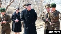 Ким Чен Ын с сестрой и военными.