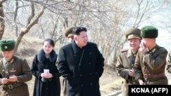 Ким Чен Ын с сестрой и военными