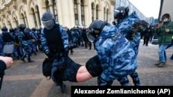 Задержание сторонника Алексея Навального на митинге в Москве, 31 января 2021 года