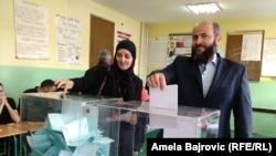 Narodni poslanik Stranke pravde i pomirenja Muamer Zukorlic glasa u Novom Pazaru na izborima u aprilu 2014. godine.