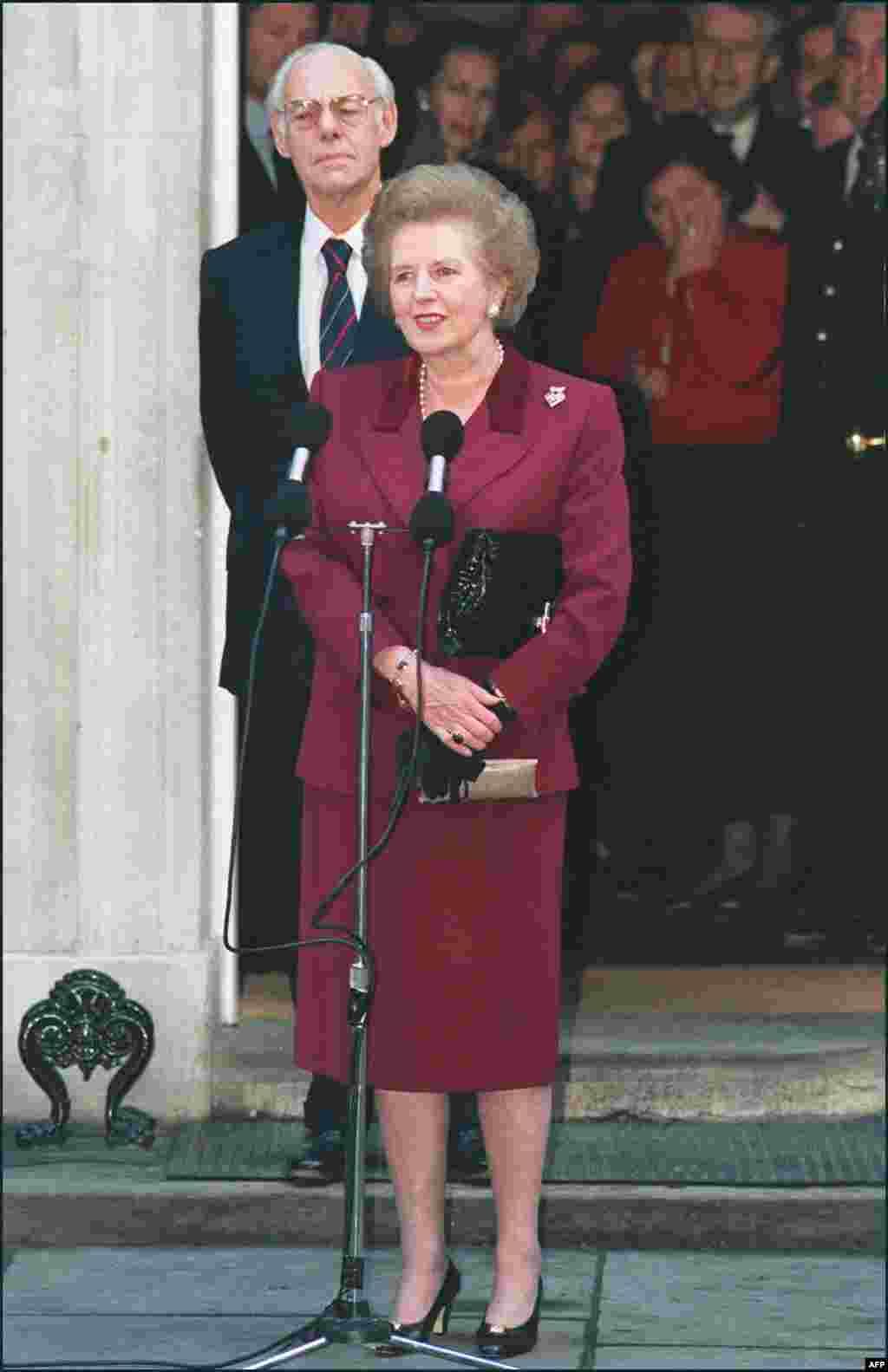 Маргарет Тэтчер ері Дениспен бірге журналистердің алдына соңғы рет ресми тұлға ретінде шығып тұр. Лондон, 1990 жылдың қарашасы.