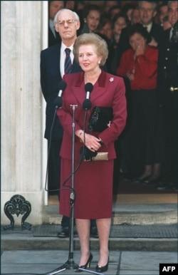 Маргарет Тетчер поруч з чоловіком Денісом під час спілкування з пресою. 1990 рік