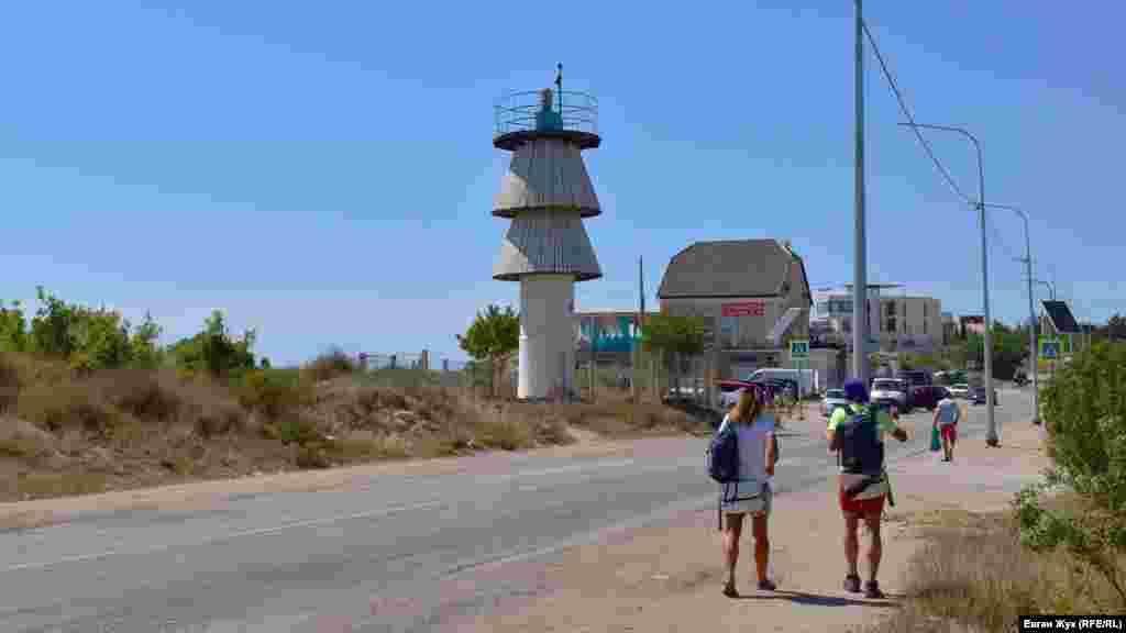 Шлях до бухти Олександри починається від маяка, що стояв біля урвища