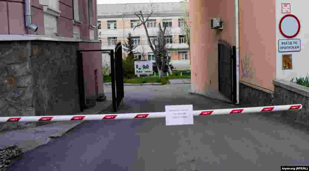 «Проход закрыт на время карантина»– надпись на входе в городской роддом №1 в Симферополе