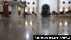 Тріщини на підлозі храму греко-католиків на Лівому березі біля недобудованого ЖК «Сонячна Рів'єра»