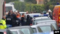 Полиция около здания, где скрывается подозреваемый в убийстве семи человек Мохаммед Мера